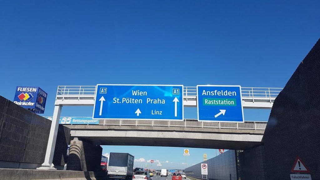 Panneaux d'autoroute indiquant Vienne et Prague blog Scribendo